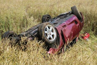 Das Cabrio landete etwa 20 Meter von der Autobahn entfernt in einem Feld.