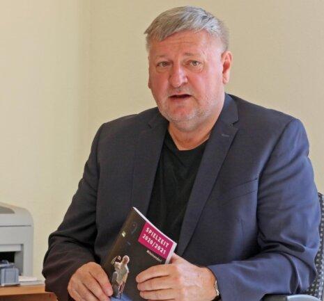 Generalintendant Roland May in seinem Büro mit dem 128-seitigen Heft für die neue Spielzeit.