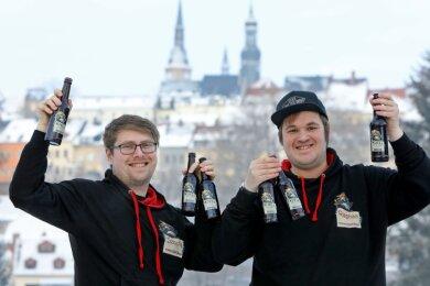 Sascha Mühleisen (links) und Raphael Merten mit ihrem Kjell-Bier. Die beiden planen, in Glauchau eine Erlebnis-brauerei einzurichten.