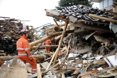 Vier Tage nach der verheerenden Erdbeben- und Tsunami-Katastrophe in Japan haben Rettungskräfte zwei Überlebende geborgen. Eine 70 Jahre alte Frau und ein Mann wurden aus den Trümmern gerettet.