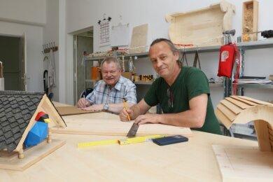 """Andreas Baier (rechts, im Foto mit Uwe Kammacher) managt die Holzwerkstatt in der """"Zwickmühle""""."""