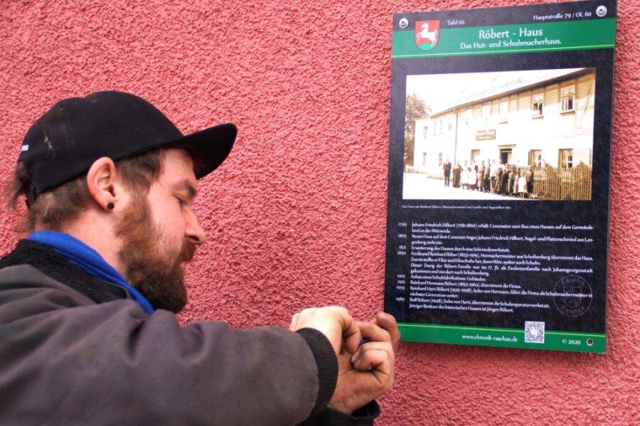 Felix Lein von der Firma Zaun- und Metallbau Raschau hat vor wenigen Tagen am Röbert-Schuster-Haus in Raschau, Hauptstraße 79, die erste Geschichtstafel angebracht.