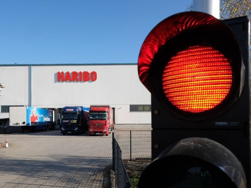 Eine Ampel am Eingang zum Haribo-Werk Wilkau-Haßlau leuchtet rot.