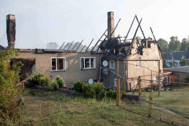 Nicht mehr bewohnbar ist der Hof in Oberbobritzsch nach dem Brand, der am Dienstagnachmittag mit großer Geschwindigkeit um sich griff und den Feuerwehren viel abverlangte.