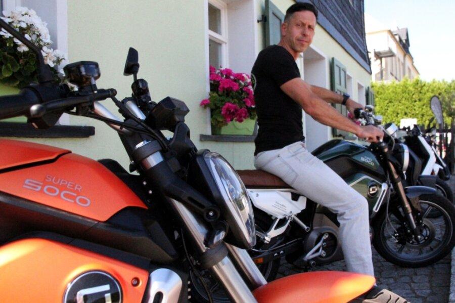 Birger Salzer setzt seit fünf Jahren auf die Mobilität aus der Steckdose. Der Affalterer verkauft und verleiht Elektro-Motorräder sowie -Roller.