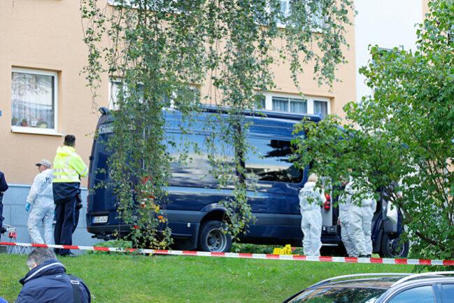 Vermutlich in der Wohnung des Verletzten an der Max-Müller-Straße fand die Polizei eine Leiche.