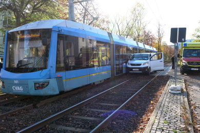 In Chemnitz sind ein Kleintransporter und eine Tram miteinander kollidiert.