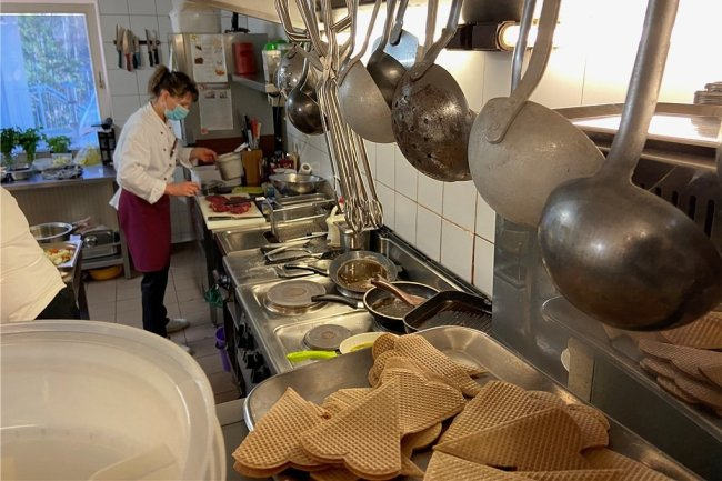 """Von null auf hundert: Astrid Lohse, Köchin im Hotel """"Am Kunnerstein"""" in Augustusburg, ist froh, wieder arbeiten zu können. Wie lange aber können die Restaurants und Hotels in der Stadt angesichts steigender Inzidenzen offen bleiben?"""