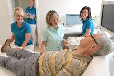 Angiologin Simone Göritz (Mitte) untersucht Wolfgang Messner (82) aus Weißenborn in ihrer neuen Praxis im Ärztehaus Mönchsstraße 36. Im Bild von links die Schwestern Mandy, Claudia und Anja.