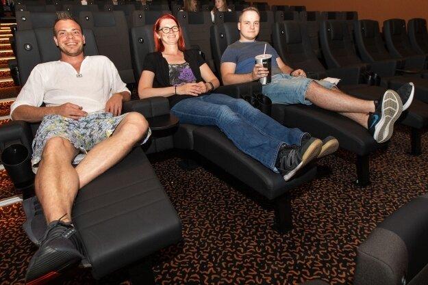Nicole Tußler testet die neuen Liegen im Kino Capitol.