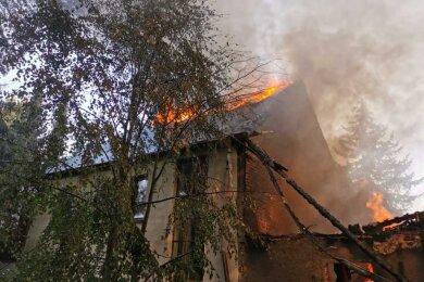 Am Mittwoch vergangener Woche sind alle drei Gebäudeteile eines Dreiseitenhofes in Weißbach in Flammen aufgegangen.