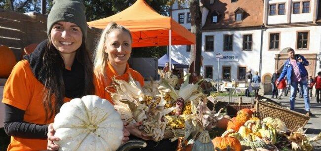 Kürbisse und bunten Mais aus eigener Ernte gab es bei Sandy Stasiak (links) und Freundin Daniela Habiger.