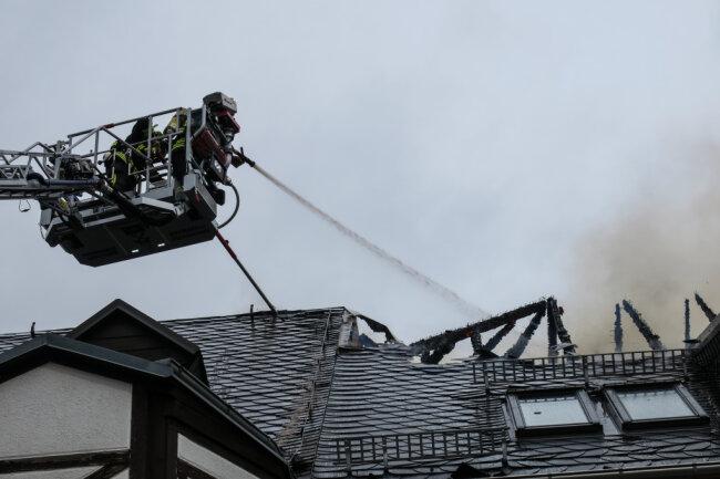 """Ein Feuer zerstörte am Samstag den Dachstuhl der geschlossenen Gaststätte """"Schnorrbusch"""" in Weißbach (Landkreis Zwickau)."""