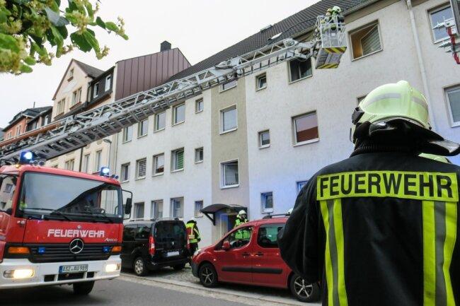 Die Einsatzkräfte der Feuerwehr lüfteten Haus und Wohnung und kontrollierten den Betroffenen Bereich.