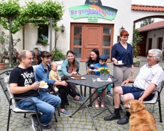 """Generationswechsel im """"Regenbogenhof"""" in Crimmitschau. Esther Hüttner (stehend) hat die Geschäfte von ihren Eltern übernommen."""