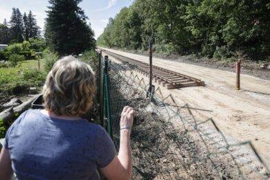 Zwei Gleise lässt der Verkehrsverbund Mittelsachsen auf der Bahntrasse direkt am Grundstück von Jutta Albrecht bauen. Bisher fuhren die Züge dort eingleisig. Weil durch den Neubau mehr Bahnen auf der Strecke unterwegs sind, steigt der Lärm, so dass der Grundstücksbesitzerin ein Schutz zusteht.
