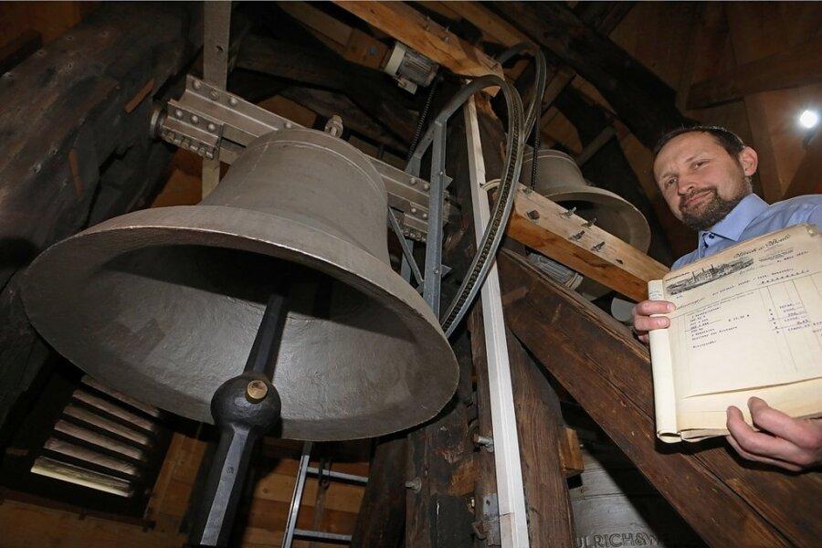 Mirko Hummel präsentiert im Wernsdorfer Glockenturm das Kaufdokument