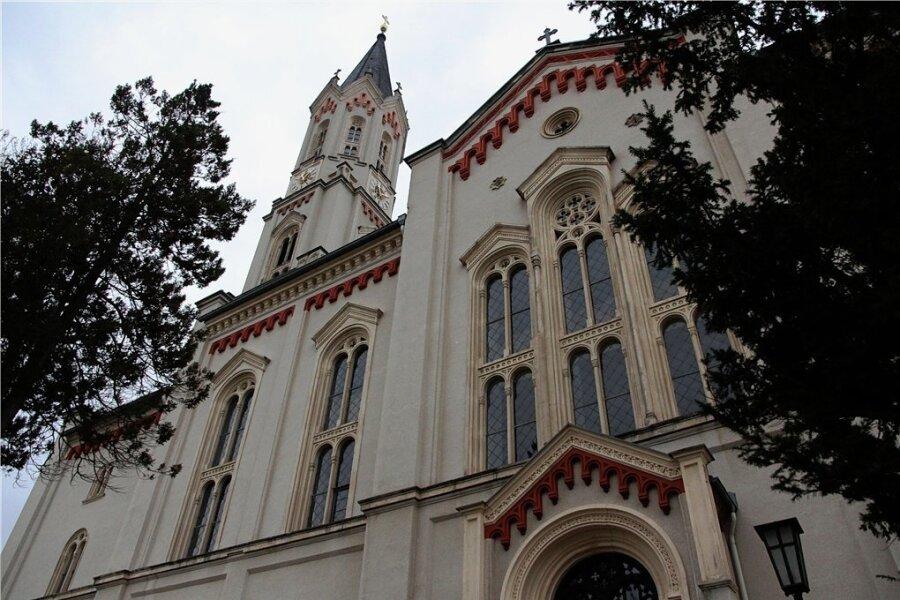 Die Kirche in Eibenstock. Zwei ihrer Bleiglasfenster wurden eingeschlagen.