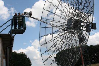 Sebastian Schumann (r.) und Jens Brückner bei Wartungsarbeiten am Parabolspiegel. Die Anlage wird von den Funkamateuren zum Erde-Mond-Erde-Funkbetrieb und zur Beobachtung kosmischer Signale genutzt.