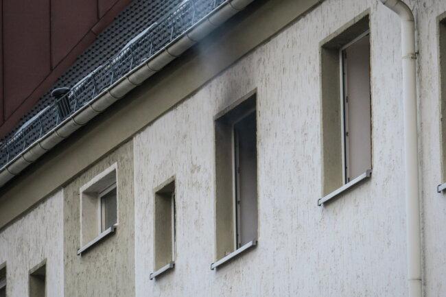 Ein Passant bemerkte, Rauch aus dem Fenster der 2. Etage aufziehen.