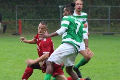 Der Leipziger Abdulrazzak Amin setzt sich mit dem Ball am Fuß im Laufduell gegen Neukirchens Jörg Laskowski durch. Gegen die agilen Messestädter hatten die Gastgeber insgesamt nur wenig zu bestellen.