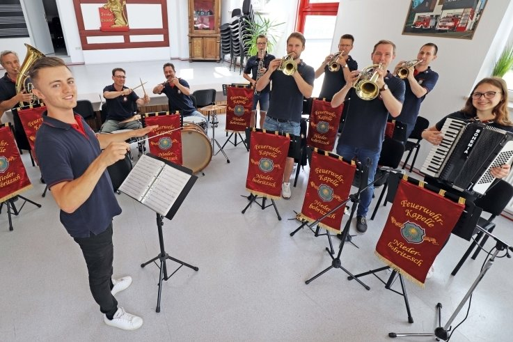 Kevin Fröbel gibt als Musikalischer Leiter den Einsatz für die Niederbobritzscher Feuerwehrblaskapelle zum ersten Probenwochenende.
