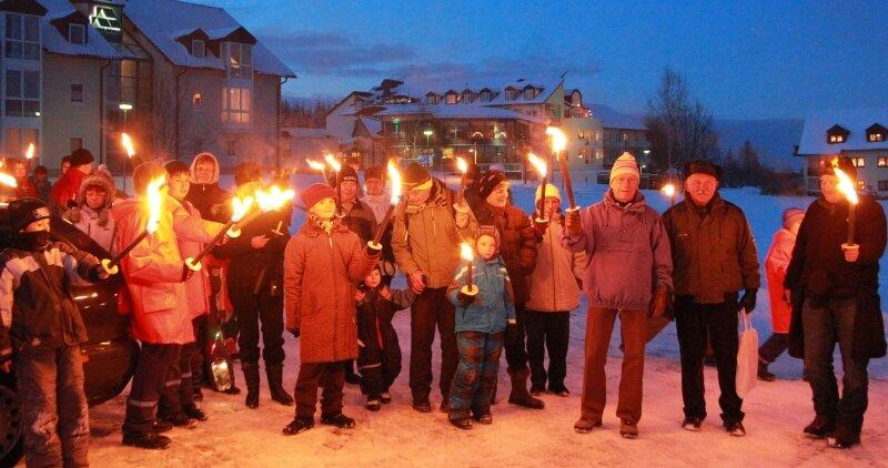 """Vor der """"Herr-Berge"""" war für 95 Teilnehmer am Freitagabend Abmarsch zur 1. Burkhardtsgrüner Fackelwanderung auf den Steinberg."""
