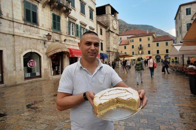 Süß: Bogdan Balic in Kotor mit einer Dobrota-Torte, die früher Seefahrern mitgegeben wurde.