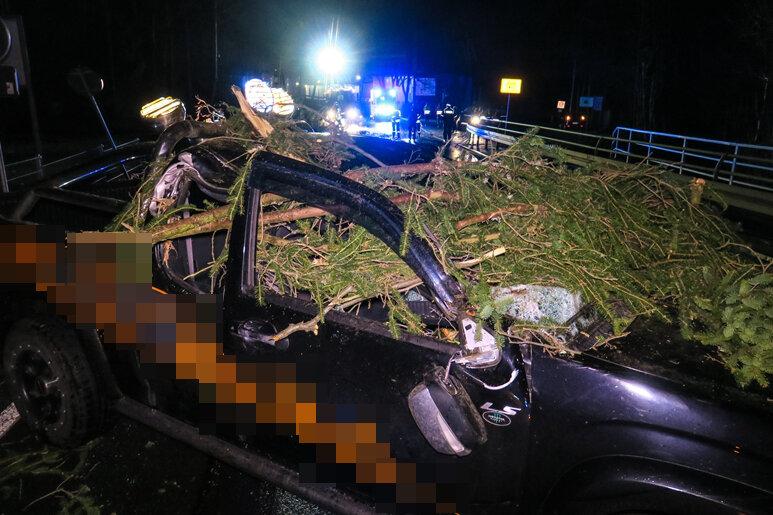 Auf der B169 zwischen Aue und Lößnitz wurde am Sonntagabend ein Geländewagen von einem Baum getroffen.