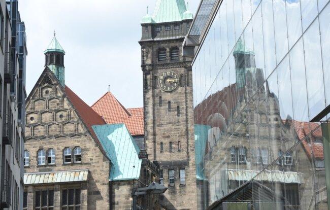 Das große Rechnen im Rathaus: In der Stadtverwaltung sollen 180 Stellen wegfallen.