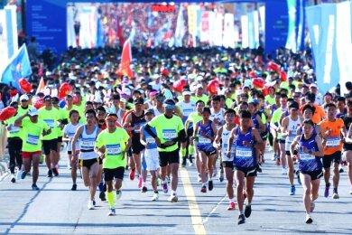 Rund 8000 Teilnehmer starteten beim Qingdao West Coast Halbmarathon, auch Ronny Zschirpe.