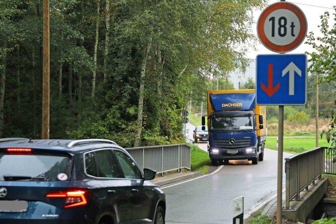 Die Brücke über den Paradiesbach ist im Waldsachsener Weg für den Fahrzeugverkehr ein Nadelöhr. Daher fordern die betroffenen Kommunen schon länger den grundhaften Ausbau dieser Straße, die die Gewerbegebiete in Crimmitschau und Meerane miteinander verbindet.