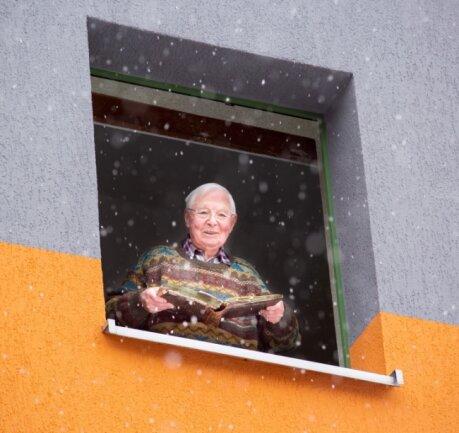 """""""Am Fenster"""" heißt die legendäre Ost-Musik-Hymne der Gruppe City. Lothar Schreiter versucht derzeit, direkte Kontakte zu minimieren. Deshalb entstand die aktuelle Aufnahme am Fenster seines Wohnblocks."""