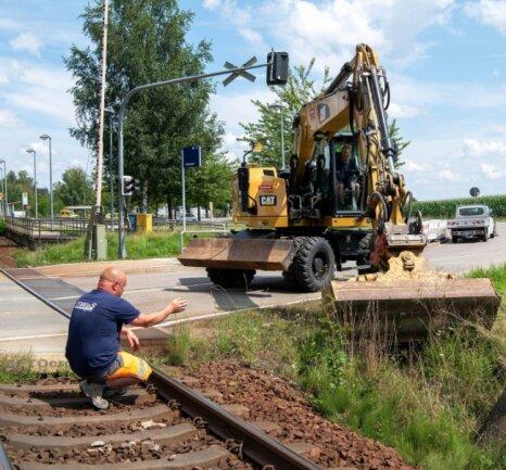 Die B 175 ist in Narsdorf ist gesperrt. Zurzeit arbeiten Beschäftigte der Firma Tiwas Bau aus Hartmannsdorf am Bahnübergang. Ab kommender Woche wird im Dorf das noch nicht sanierte Stück der B 175 saniert.