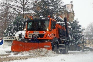 Ein Räumfahrzeug der Regionalen Aufbau- und Dienstleistungsgesellschaft RAD im Einsatz auf der Reichenbacher Bahnhofstraße. Der starke Schneefall am Morgen hatte für schwierige, aber beherrschbare Verhältnisse auf den Straßen der Stadt gesorgt.