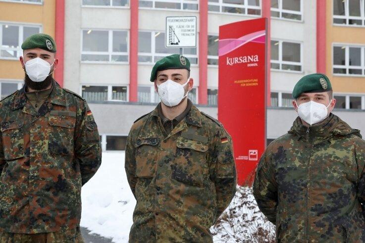 Die Helfer der Bundeswehr kommen in zwei Schichten im Kursana-Domizil in Meerane zum Einsatz. Die Einrichtung verfügt nach Angaben der Stadt über 240 Plätze für Senioren.