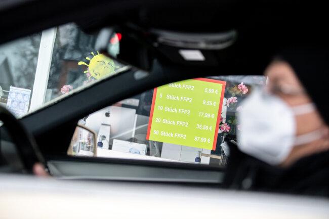 Sachsen führt eine Tragepflicht von medizinischen Masken im Auto ein. Sie gilt, wenn die Mitfahrer nicht aus einem Hausstand kommen, nicht jedoch für den Fahrer selbst.