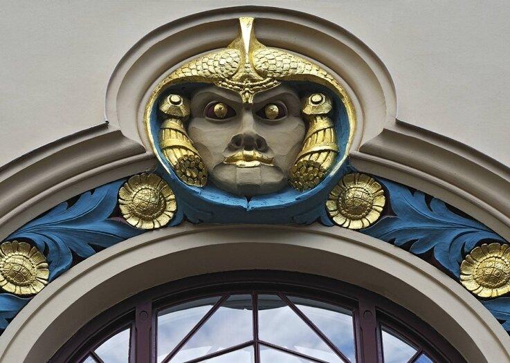 Wo stünden wir, wenn Architektur zu keiner Zeit Bauwerke geschmückthätte? Ausschnitt einer Jugendstilfassade in München.