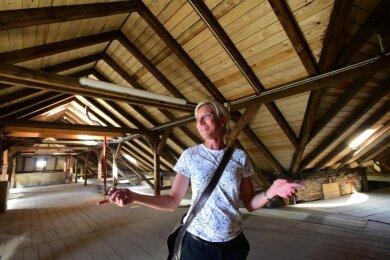Jetzt ist alles dicht: Rathaus-Mitarbeiterin Isabelle Angermann zeigt den Dachstuhl der Pestalozzi-Oberschule. Seit dessen Sanierung und der Erneuerung aller Dachziegel dringt kein Wasser mehr ein.