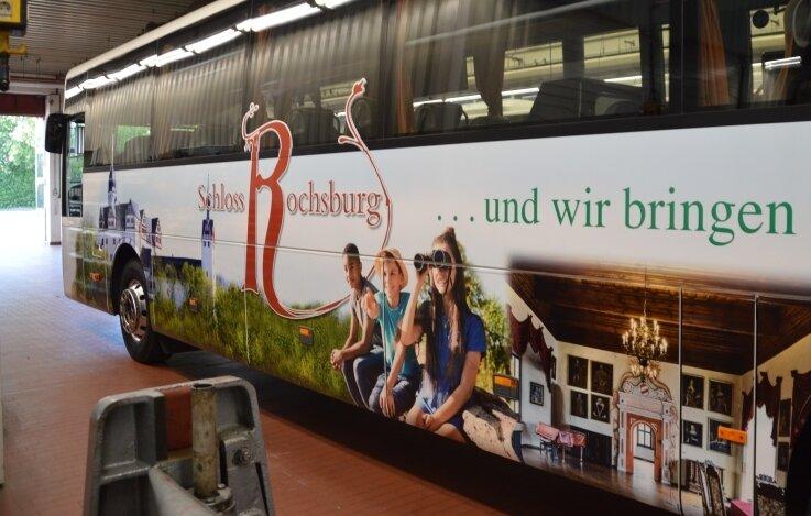 Ein Fahrzeug von Regiobus, verziert mit Motiven von Schloss Rochsburg soll Werbung für das Kleinod an der Mulde machen - und Besucher auch zum Schloss fahren.
