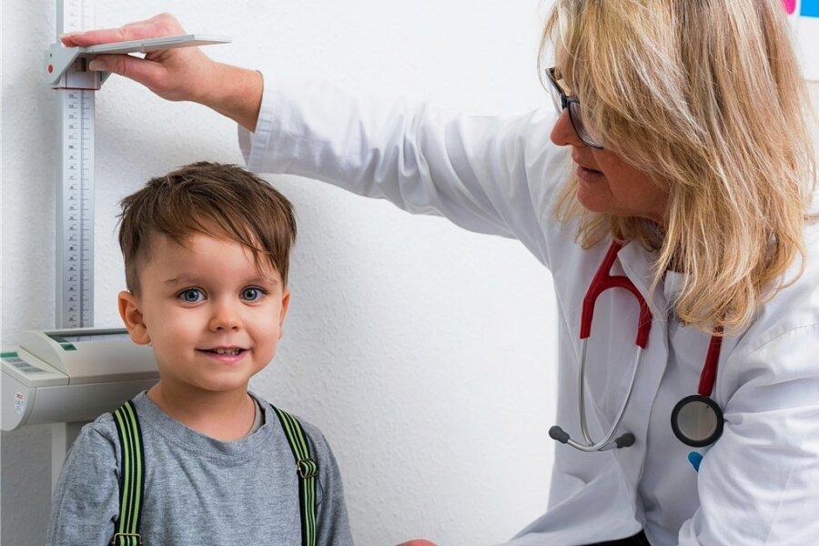 Bei der Untersuchung vor Schulbeginn wird unter anderem auch die Körpergröße der Kinder gemessen - wie hier auf diesem Symbolbild.