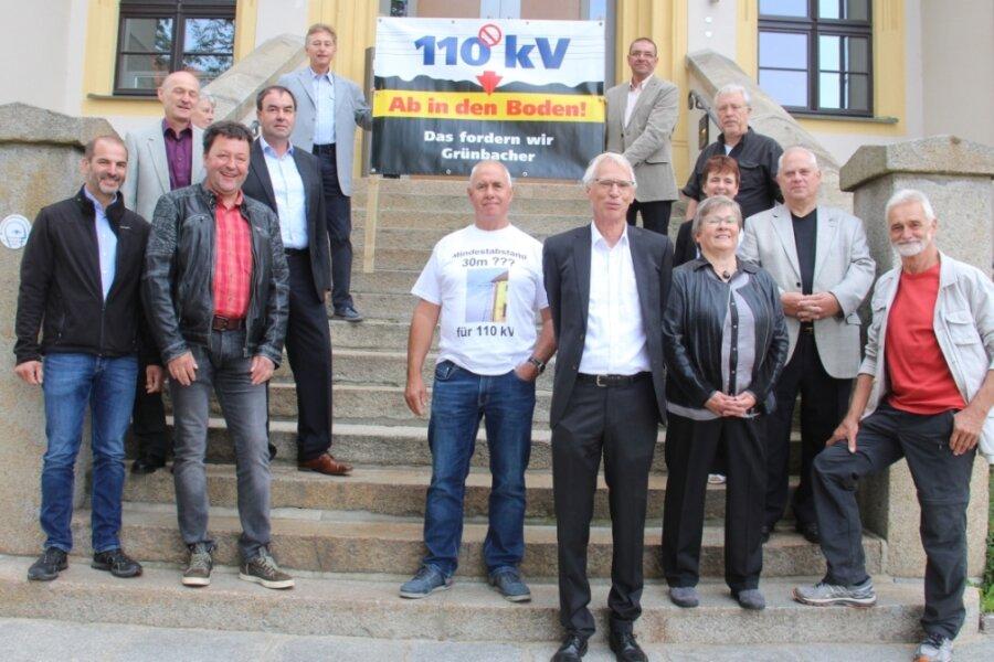 Waren zur mündlichen Hauptverhandlung von Grünbach nach Bautzen gereist: die für die BI stellvertretende Klägerin Veronika Linnemann (3. v.r. vorn), links daneben ihr Mann Klaus Linnemann und Unterstützer. Darunter Grünbachs Bürgermeister Ralf Kretzschmann (in der Mitte der zweiten Reihe links auf der Treppe) sowie der Ellefelder Volkmar Ihle als Vertreter des BUND.