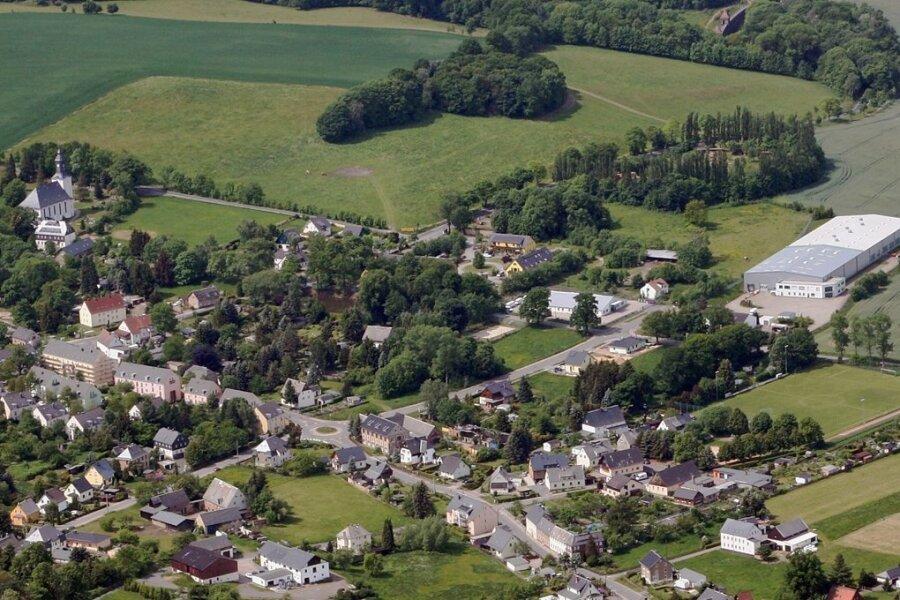 Die Ortsmitte von Euba mit Sportplatz (im Foto Mitte rechts) und der Kirche (links oben). Im Vordergrund ist das nach der Wende entstandene Wohngebiet Schwanauer Straße zu sehen. Foto: Annerose Winkler