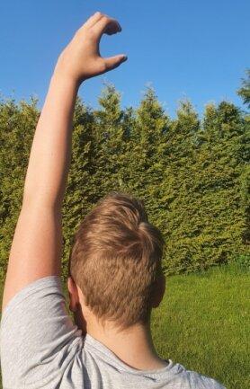 """In der """"Coolen Schule"""" melden sich die Kinder, indem sie ein """"C"""" mit ihrer Hand formen."""