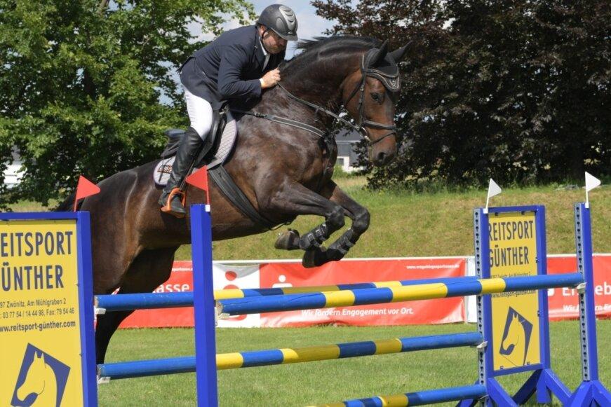 Uwe Sieber vom gastgebenden Reit- und Fahrverein beim M-Springen. Er war einer von 205 Teilnehmern, die sich auf der Anlage im Zwönitzer Ortsteil Kühnhaide mit 294 Pferden den Wertungsrichtern stellten.