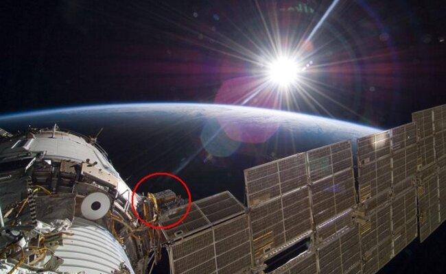 """<p class=""""artikelinhalt"""">Im markierten roten Kreis werden an der ISS, die hier mit Erde und Sonne zu sehen ist, Spezialbehälter mit biologischen Proben angebracht. In einigen Tagen sollen da drin auch die Krebs-Eier aus Chemnitz liegen.</p>"""
