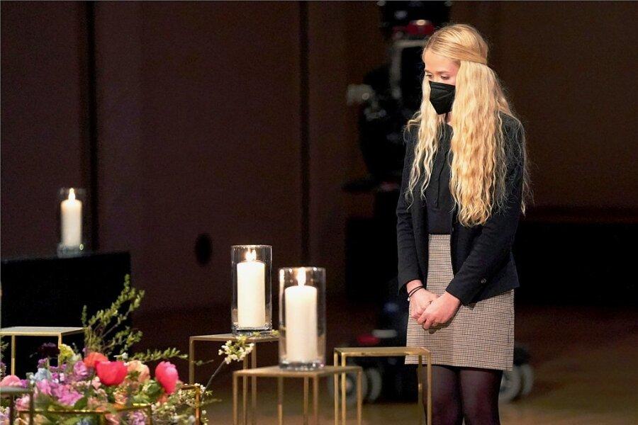 Finja Wilkens vertrat bei der Gedenkfeier im Berliner Konzerthaus am Gendarmenmarkt jene Hinterbliebenen, deren Angehörige nicht am Coronavirus gestorben sind, die wegen der Pandemie ihre Lieben aber nicht in den letzten Lebenstagen begleiten konnten.