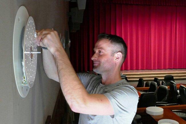 Letzter Feinschliff am Gelenauer Clubkino: Elektriker Ben Oertel montiert die neuen Lampen.