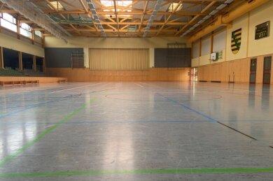 Blick in die leere Arena. Wegen fast 1000 Quadratmetern Platz gerade zu Coronazeiten für größere Tagungen geeignet - Abstände sind auch bei vielen Menschen gut einzuhalten.