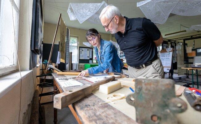 Petra Gronem-Schlosser und Dietrich Küllig sind zwei Akteure im neuen Grünbacher Verein TecBoo! Hier im einstigen Maschinensaal der Alten Stickerei an der Bahnhofstraße, das dem pensionierten Geophysiker Gerd Wolf gehört. Den Vereinsvorsitz hat Bettina Groth übernommen.